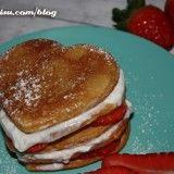 Creps con fresas y nata con forma de corazón